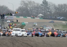 Neel Jani geeft de start van de 25 Hours VW Fun Cup